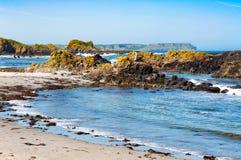 Rotsen, strand en klippen Ballintoy, Noord-Ierland, het UK Royalty-vrije Stock Foto's