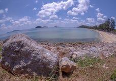 Rotsen, stranden en smaragdgroene overzees bij Sairee-Strand, Chumphon-Provincie stock afbeelding
