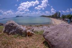 Rotsen, stranden en smaragdgroene overzees bij Sairee-Strand, Chumphon-Provincie royalty-vrije stock afbeeldingen