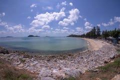 Rotsen, stranden en smaragdgroene overzees bij Sairee-Strand, Chumphon-Provincie stock foto