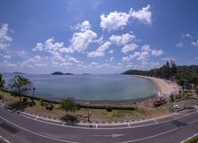 Rotsen, stranden en smaragdgroene overzees bij Sairee-Strand, Chumphon-Provincie stock foto's