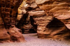 Rotsen van Rode canion dichtbij Eilat-stad, Israël Stock Foto's
