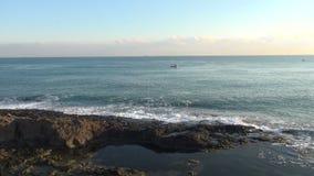 Rotsen, vissersboot, golven stock videobeelden