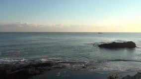 Rotsen, vissersboot, golven stock footage