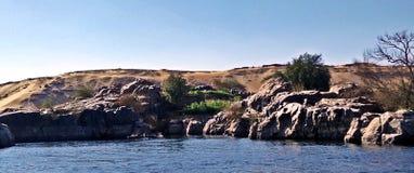 Rotsen, water, & zand stock afbeeldingen