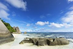 Rotsen, wit zand, palmen, turkoois water bij tropisch strand, La-diqu stock foto's