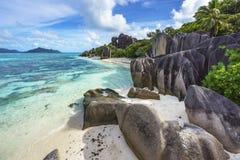 Rotsen, wit zand, palmen, turkoois water bij tropisch strand, La-diqu royalty-vrije stock afbeelding