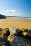 Rotsen, zand en rhos-op-overzees Stock Foto's