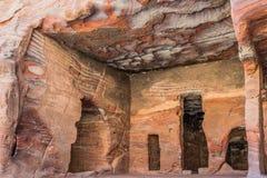Rotsenholen in nabatean stad van petra Jordanië Royalty-vrije Stock Foto's