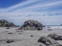 Rotsenvorming bij Espadilla strand tegen blauwe hemel in Quepos, Costa Rica stock foto's