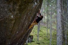 Rotsklimmer op een opwindend stijgen Het extreme beklimmen Unieke wintersporten Skandinavische aard stock afbeelding