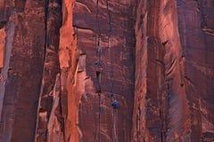 Rotsklimmers op een zeer hoge rotsmuur royalty-vrije stock foto's