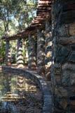 Rotskolommen dichtbij de vijver Royalty-vrije Stock Foto