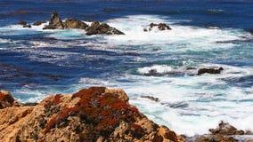 Rotskust en blauwe oceaan met motiegolf Stock Afbeelding
