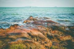 Rotskust met mooie zeegezichtmening in Chao Lao Beach, Chanthaburi-Provincie Stock Afbeeldingen