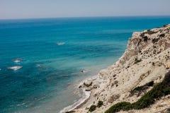 Rotskustlijn en overzees in Cyprus Royalty-vrije Stock Foto