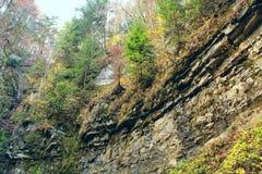Rotslagen in bergen Lagen steenachtige rotsen geology royalty-vrije stock foto's