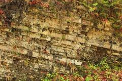 Rotslagen in bergen Lagen steenachtige rotsen geology stock afbeeldingen