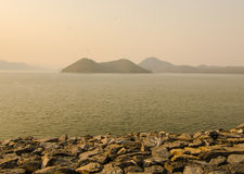 Rotsmening in meer van Srinakarin-dam Royalty-vrije Stock Foto's