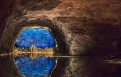 Rotsmuur in het grootste ondergrondse meer in Europa wordt weerspiegeld dat royalty-vrije stock fotografie