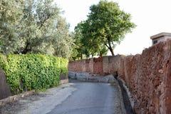 Rotsmuur langs een steeg van het land in Spanje Stock Foto