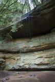 Rotsmuur met kleine stroom van water het dalen stock afbeelding