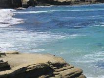 Rotsoever met Achtergrond van de Vreedzame Oceaan stock afbeelding
