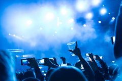 Rotsoverleg, silhouetten van gelukkige mensen die op handen opheffen Stock Foto