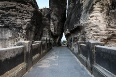 Rotspoort met de toegang van de Bastei-brug in de avond stock fotografie
