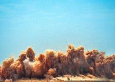Rotspuin en wolken na de reusachtige ontploffing royalty-vrije stock fotografie