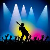 Rotsster die met gitaar op abstracte achtergrond presteren Stock Fotografie