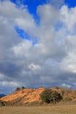 Rotsteinländer oder ockerhaltiger Mergel in Corbieres, Frankreich stockbilder