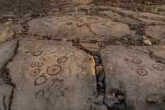 Rotstekeningen in vulkanische rots op de Sleep van de Koning, Kona, Hawaï worden gesneden dat stock foto's