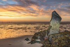 Rotsvorming bij strand bij dageraad stock afbeelding