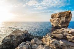 Rotsvorming op een overzeese kust, de zomertijd Stock Foto