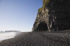 Rotsvorming op zwart zandstrand Reynisfjara, IJsland Stock Foto