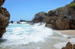 Rotsvormingen door de kracht van zeewater worden geërodeerd dat stock foto