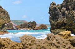 Rotsvormingen door de kracht van zeewater worden geërodeerd dat Geweven rotsen met het effect van de golven in Coqueirinho-strand Stock Foto's