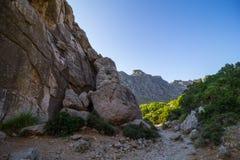 Rotsvormingen en Mediterrane flora dichtbij Pollenca in het eiland van Mallorca, Spanje royalty-vrije stock foto's