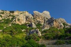 Rotsvormingen en Mediterrane flora dichtbij Pollenca in het eiland van Mallorca, Spanje royalty-vrije stock foto