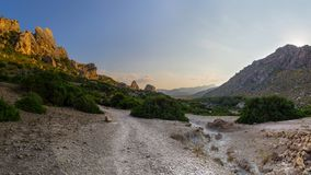 Rotsvormingen en Mediterrane flora dichtbij Pollenca in het eiland van Mallorca, Spanje stock afbeelding