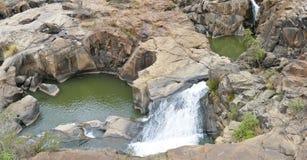 Rotsvormingen en Waterval stock afbeelding