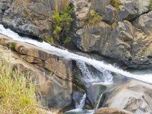 Rotsvormingen en Waterval stock fotografie