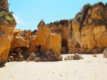Rotsvormingen op Strand in Lagos Portugal royalty-vrije stock foto