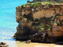 Rotsvormingen op Strand in Lagos Portugal royalty-vrije stock foto's