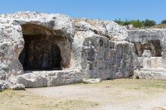 Rotswoningen bij Archeologisch Park Neapolis in Syracusa, Sicilië Stock Foto's