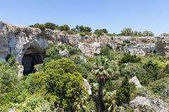 Rotswoningen bij Archeologisch Park Neapolis in Syracusa, Sicilië Royalty-vrije Stock Fotografie
