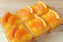 Rott upp mandarinkakor som överträffas med nya apelsiner i Glass bunkar Arkivfoto