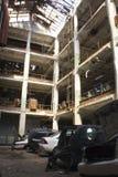 Rottamaio in una fabbrica automobilistica abbandonata immagini stock