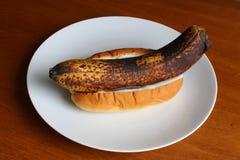 Rotte banaan in een broodje met mayonaise Stock Afbeeldingen